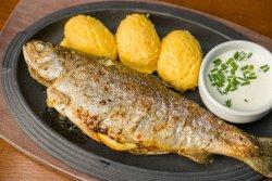 Păstrăv aromat cu ierburi la cuptor cu mămăligă și sos de usturoi/Oven baked herb-flavoured trout with polenta and garlic sauce