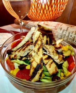 Salată de crudități asortate cu piept de pui pane image