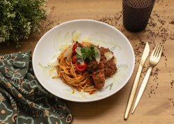 Chiftelute de vita cu spaghetti, sos tomat si parmazen  image