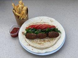 Falafel wrap cu pastă de humus, roșii, ceapă și pătrunjel image