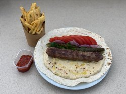 Kebab de vită cu oiae în lipie cu humus, roșii, pătrunjel și ceapă image
