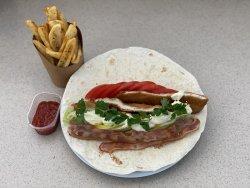 Wrap cu șnițel de pui, bacon, salată iceberg, roșii și sos de muștar  image