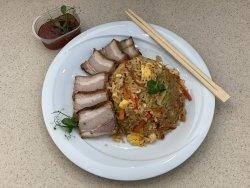 Orez prăjit cu ou, legume și piept de porc image