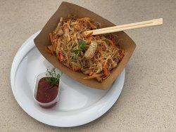 Tăieței de orez cu legume, sos de soia și carne de pui  image