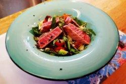 Salată cu ton proaspăt la grătar image