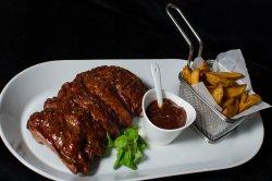 Coaste de porc cu sos BBQ și cartofi wedges image