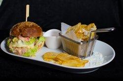 Cheeseburger de vită cu cartofi prăjiți image