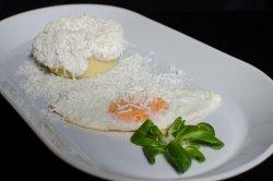Mămăligă cu brânză, smântână și ou image