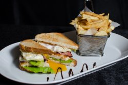 Club Sandwich servit cu cartofi prăjiți image
