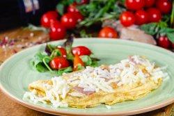Omletă cu șuncă și mozzarella image
