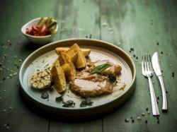 Escalop de porc cu prosciutto crudo, salvie și sos de vin alb, cartofi la cuptor cu usturoi  image