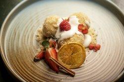 Găluște cu prune / vișine și sos de vanilie  image