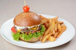 Hamburger de vită Black Angus cu cartofi prăjiți image
