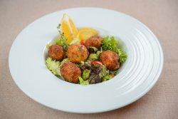 Chiftele de peşte cu mix de salate image