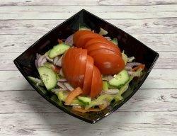 Salată cu roșii castraveți image