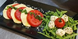 Mozzarella Fior di latte alla caprese, con rucola, pomodorini e ciliegine image