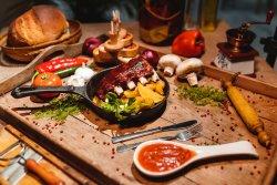Scăricică cu cartofi aurii și sos BBQ image