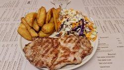 Meniu Ceafă de porc la grătar+cartofi prăjiți+salată de varză image