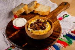 30% Reducere Mămăligă cu brânză, jumări, cârnați și smântână image