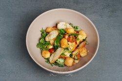 Salată cu brânză halloumi prăjită, ardei copt și dressing de lime image
