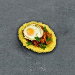 Tochitură de porc cu mămăliguță, brânză de vacă și ou ochi image