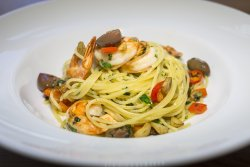 Spaghetti cu creveți, măsline, ardei iute și usturoi   image