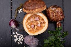 Ciorbă de fasole în pâine cu afumatura și ceapă roșie image