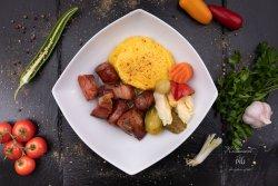 Carne la garniță cu murături și mămăliguță image