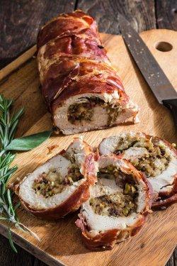 Mușchiuleț de porc umplut cu ciuperci învelit în bacon image