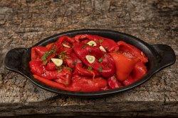Salată de ardei copți cu usturoi image