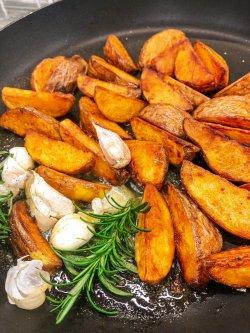 Cartofi trași la tigaie în unt cu usturoi și rozmarin image