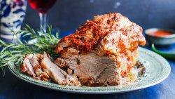 Ceafă de porc coaptă încetuț cu sos brun image