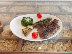Antricot de vita la grătar cu piure de spanac și salată de ardei copt  image