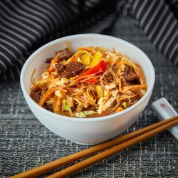 Tăieței de orez cu vită și legume image