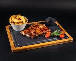 20% reducere: Coaste de porc marinate cu sos barbeque și cartofi wedges  image
