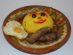 Cârnați în untură la garnită cu mămăligă si ou