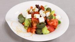 Salată grecească cu feta și măsline verzi image
