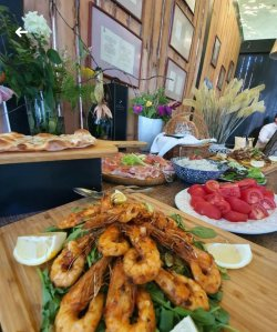 Creveți cu usturoi, ulei de măsline și salată  image