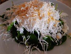 Salată de spanac, brânză de capră și ou  image