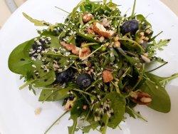 Salată de verdețuri cu dressing  image