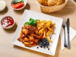 Aripioare de pui ușor picante cu cartofi prăjiți image