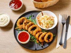 Inele de calamar pane cu salată crocantă image