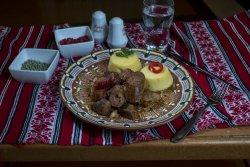Carne și cârnat la garniță cu mămăliguță și usturoi/Rustic meat and homemade sausages with polenta and garlic image