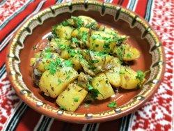 Cartofi prăjiți cu jumări, smântână, cimbru și ceapă roșie/Fried potatoes with cracklings, sour cream, thyme and red onion  image
