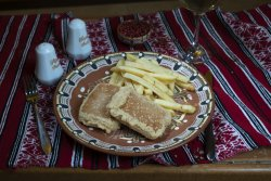 Cașcaval pane cu cartofi prăjiți/Breaded cheese with French fries image