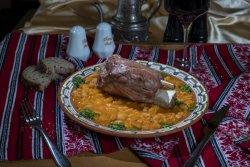 Ciolan afumat cu fasole iahnie/Smoked pork knuckle with beans stew image