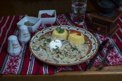 Ciulama de pui cu ciuperci și mămăliguță/Traditional chicken ciulama with mushrooms and polenta image