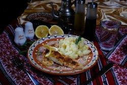 File de șalău la grătar cu cartofi zdrobiți și lămâie/Zander fillet grilled with smashed potatoes and lemon image