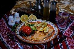 File de somon la grătar cu legume la grătar și lămâie/Salmon fillet grilled with grilled vegetables and lemon image
