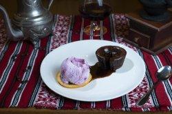Lava cake cu înghețată de fructe de pădure/ Lava cake with berries ice cream image